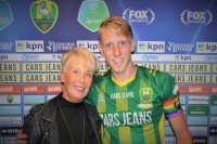 Lex Immers draagt met trots de regenboogband